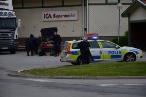 Polisen undersöker en eventuell gärningsmannabil vid Ica Punkten i Nora.