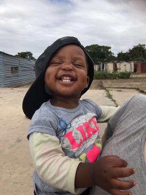 Awiwe är ett av barnhemsbarnen som alltid är på sprudlande gott humör.