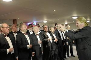 Askersunds manskör inledde hela showen med att sjunga julsnapsvisor för gästerna.