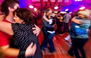 Många kärlekspar har funnit varandra på sveriges bästa dansgolv. Alla som vill kan nu fortsätta att krama varandra i Sandviken.   Foto: Henrik Evertsson