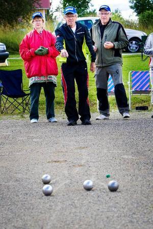 Här ställs Team Bodsjö mot Sörbygden i kvartsfinal. Birgit Nilsson, Lasse Nilsson och Roland Hamberg är aktiva boulespelare i Hunge och spelar lika mycket för det sociala som för att vinna. FOTO: Håkan Luthman