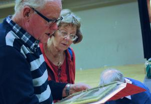 Ronald Palmquist och Karin Ejdler fann gemensamt intresse i en vykortsbok.