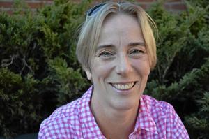 Författare. Cecilia Svensson från Hallsberg är nykter alkoholist. Nu har hon gett ut en bok om sitt missbruk och föreläser på bibliotekets författarafton.