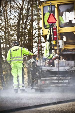 En rykande dimma bildas bakom maskinerna som jobbar för att få Kyrksjönäsvägen färdig.