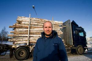 Henrik Björkman upplyser att distrikt Delsbo avverkar årligen 520 000 kubikmeter  på egen skog och avverkningsrätter köpta av privata markägare. Av volymen kommer 200 000 kubikmeter från Hassela.