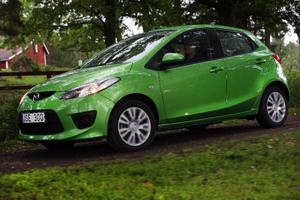 Den grönaste bilen hittills från Mazda. Och det gäller inte bara den yttre kulören. Mazda 2 är dessutom ett bevis på att snåla bilar inte behöver vara tråkiga att köra.Foto: Rolf GildenlöwFoto:
