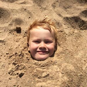 Charlie tröttnade på vattnet och grävde ner sig en stund..