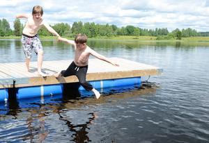 Plums i plurret. Bad hör till på sommarläger. Oskar Nilsson och Gustav Börjel på väg i vattnet.