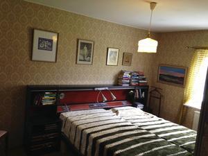 Sovrummet har fått ett lyft. Maria och Mathias har dragit bort massor av heltäckningsmattor och gamla murriga tapeter.