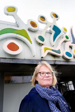 """Baddare i badet. Anne Ultvedt Hedström vid den 30 meter långa neonskylten som hennes far gjorde till Lögarängsbadet. """"30 000 vill jag ha för Lögarängs-jobbet"""", skrev konstprofessorn Ultvedt på en bit vit kartong till Västerås stad. Baddaren renoverades 2006."""