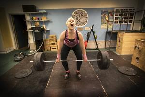Paula Junhov Rindberg tränar mellan fem till tio pass i veckan där varje träningstillfälle är mellan en till fyra timmar långt.                   – Det är aldrig svårt att komma hit, säger hon.
