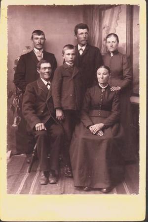 SLÄKTEN. Roland Palmqvist har anfäder som i flera generationer bakåt varit soldater i Ovansjö kompani med placering i Ockelbo. Den här bilden togs 1891 och föreställer hans farfars far, soldaten Olof Munter, med familj.