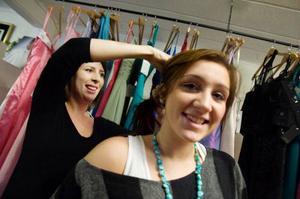 Caroline testar vilken håruppsättning som passar Wilma Mårtensson.