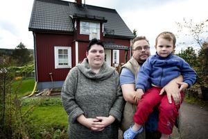 Linda Häggblad och Patrik Gustafsson, här med sonen Casper, vill göra folk uppmärksamma på den ovilja att hjälpa till som man menar att Dalarnas Försäkringsbolag har visat upp.