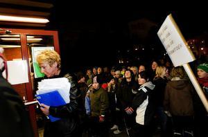 Ewa Lindstrand, kommunalråd i Timrå kommun, tog emot de 8000 namnunderskrifterna utanför kommunhuset.