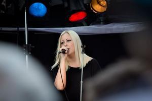 Suradagarna. Sångerskan Malin Henriksson i bandet Sweet Wire från Virsbo.