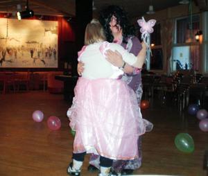 Mitt bland ballongerna dansade Ulla Markusson, utklädd till prinsessa, och David Flodin som Thomas di Leva.