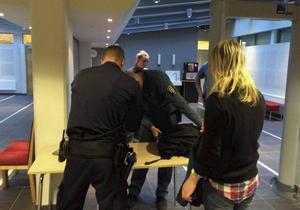 Flera personer besökte rättegången. Alla besökare fick gå igenom en säkerhetskontroll.