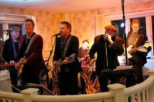 Bandet Soul Six, med Lasse Sundberg, Thomas Rosén, Per Ferm, Tord Nyman, Roland Nilsson och Rolf Berg, spelade allt från Black Magic Woman till Till dom ensamma.