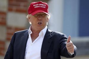 Leder stort. Donald Trump har dubbelt så stort stöd som sin närmaste rival i Republikanerna. I kväll ska han vara med i sin första valdebatt någonsin.
