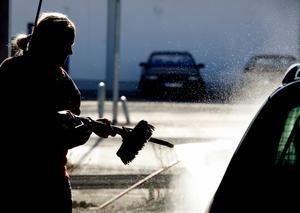 Helst ska du tvätta bilen på en biltvätt. Arkivbild.