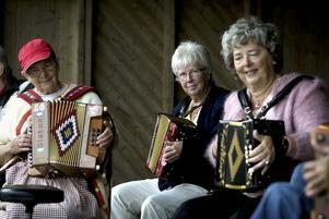 Grupp. Durspelsgruppen Vädurarna bjöd på musik från gammelgårdens scen. Till höger i bild den alltid lika glada Birgit Sjöström. Foto:Karin Rickardsson