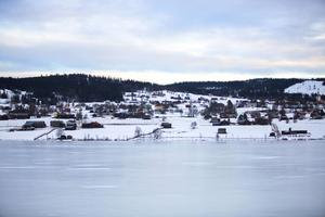 Centralt i Klövsjö gick det inte att gå vidare med ett större bostadsprojekt. Nu försöker Bergs kommun att förverkliga planerna i området Backstabränna söder om Klövsjön.