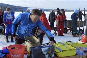 Petter Sigmundstad väljer från ett digert prisbord.