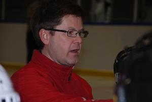 Peter Järvinder är en av två tränare för barn födda 2001 och 2002