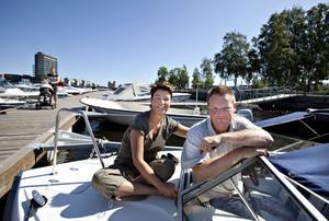 Marika och Anders Ericsson från Hille har åkt till båten. Inte för att åka, utan för att meka. De tycker att Skeppsbron är ett bra läge att ha båten på, och brukar bland annat åka till Engeltofta med den och bada när de, precis som nu, har semester.– En kul satsning på hela stadsdelen, men det är synd att det finns en större gästhamn så att det hade kunnat komma fler båtar, säger Anders Ericsson.