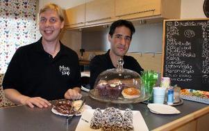 Erik Eriksson och Saleh Alvandi hoppas att fler kommer och fikar på Bokcaféet i Lindberghallen. FOTO: CHARLOTTA RÅDMAN FRANS