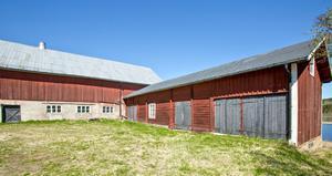 Äldre ladugård med påbyggd stalldel.