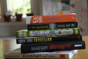 Många har Lottas verk hemma i bokhyllan utan att veta om det. Hon ligger bland annat bakom pocketomslaget till boken