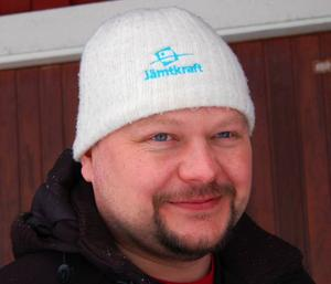 Niclas Renholm vid Jämtkraft arbetar för att företagets kunder ska använda mindre elektricitet.