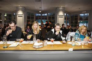 """Från vänster: Henrik Thalinsson, Madeleine Karlsson, Anders Anderson som uppfunnit """"Ragnardrinken"""" och Marika Sandberg utgjorde jury i tävlingen."""