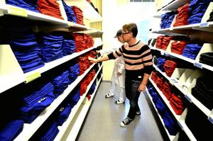 Tittar till. Angelie Vogel och L-G Karlsson inspekterar förrådet med hemstjänstpersonalens kläder. Foto: Jan Wijk