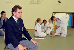 Sören Ahlner från Borlänge är domaransvarig i judodistriktet. Så även vid Långshyttans klubbmästerskap i helgen. I bakgrunden ger Peter Westlund lite tips till några små nybörjare.