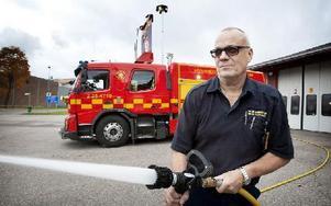 80 meter slang och tre kubik vatten bär den nya bilen. Mats Carlsson är inte lite stolt över nytillskottet. Foto: Peter Ohlsson/DT