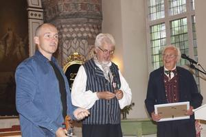 Görgen Antonsson, tv. får hembygdsutmärkelsen av ordföranden Jan-Eric Berger, i mitten, och av Lars Holger Röstlund.