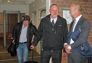Norrviddens tidigare vd Peter Andersson lämnar hovrätten tillsammans med advokaterna Ulf Stigare och Henrik Olsson Lilja.