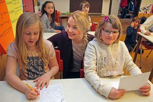 Emelie Johansson räknar med att ha nytta av året som lärarvikarie, när hon sedan återupptar studierna på lärarprogrammet. Här skriver hon spökhistorier med Lilly Hansson och Vendela  Barbus Lanner.