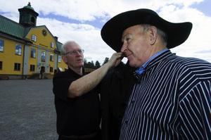 Gruvguiderna har fått ny utstyrsel. Museichefen Daniels Sven Olsson rättar till hatten på guiden Olle Wallén. Foto:Mikael Forslund
