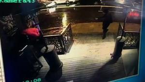 Den här bilden visar hur terroristen,  beväpnad med ett dubbepipigt gevär, skjuter sig in på nattklubben Reina i Istanbul.