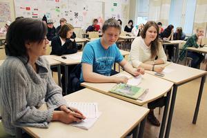 Politikern tillbaka i skolbänken. Anne Hamrén (S) från utbildningsnämnden har tagit plats i klass 9B på Öjeskolan. Bredvid sitter Joen Stegs och Annlinn Mickelsson. Annlinn ska vara Annes vägledare.