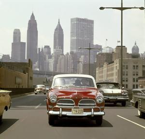 Volvo 121 som den hette i USA syns i Volvos marknadsföring på Manhattan i New York 1958. Notera USA-kofångaren.