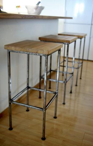 Barstolarna vid köksön är tillverkade av gammal bänkskiva. Underredena har Anne och Pärs granne svetsat.