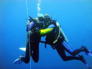 """ALLT OFTARE UNDER YTAN. """"Vi hade inga dykplaner alls innan vi åkte, men efter att jag tog mitt dykcert i Filippinerna blev resan mer och mer till en dykresa."""" Foto: theoikaris.com"""
