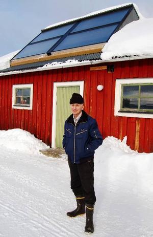 Olle Andersson från Örån är mäkta stolt över sin solvärmeanläggning.