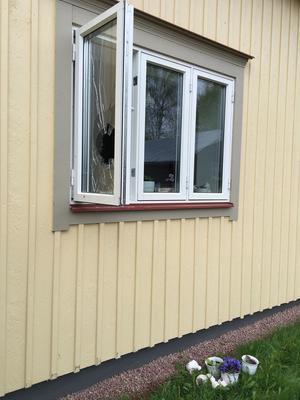 Inbrottstjuvarna kastade in en sten i fönstret och öppnade fönstret innifrån för att ta sig in i huset.
