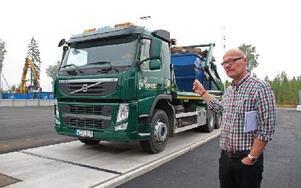 Roger Blom berättar att CEAB:s lastbilar körs på biodiesel. Foto: Eva Högkvist